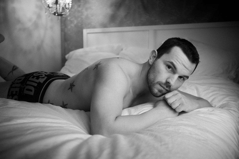 Posing for male boudoir