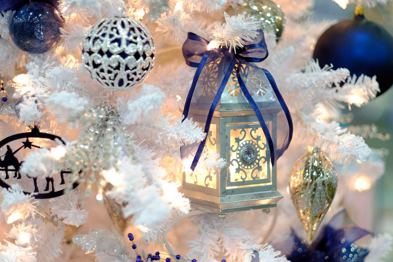 White Christmas Tree Blue Ornaments : Blue white christmas tree ornaments