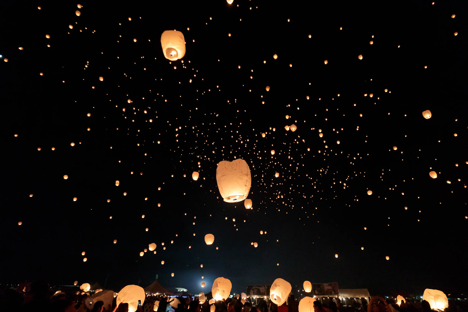 A night sky with lanterns
